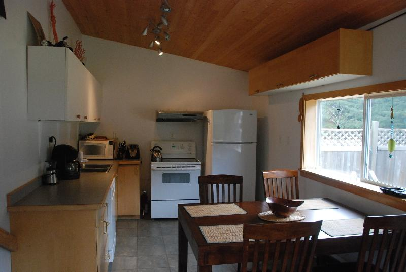 Full kitchen - Haida Gwaii Accomodation - Tlell - rentals