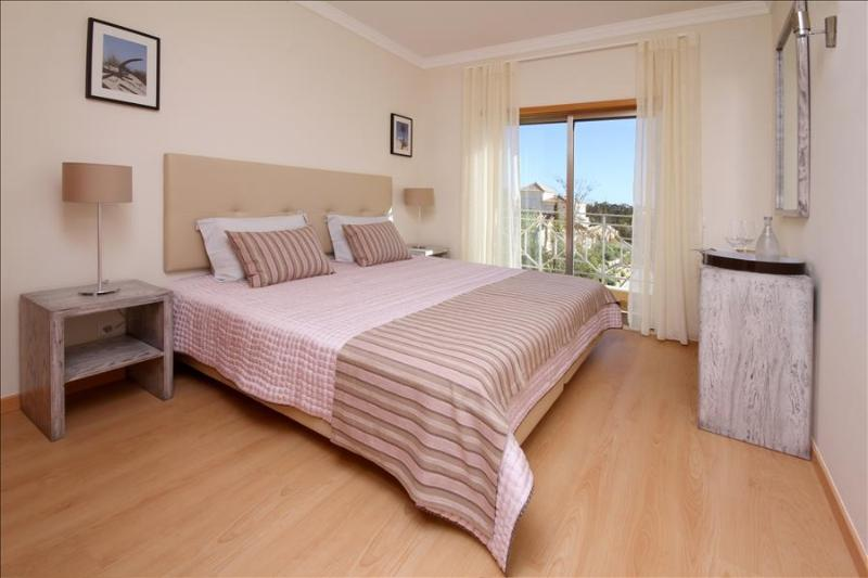 SPLENDID TWO BEDROOM TOWNHOUSE FOR 6 WITH SEA AND POOL VIEW TERRACE - ALBUFEIRA - REF. PINDB110307 - Image 1 - Albufeira - rentals