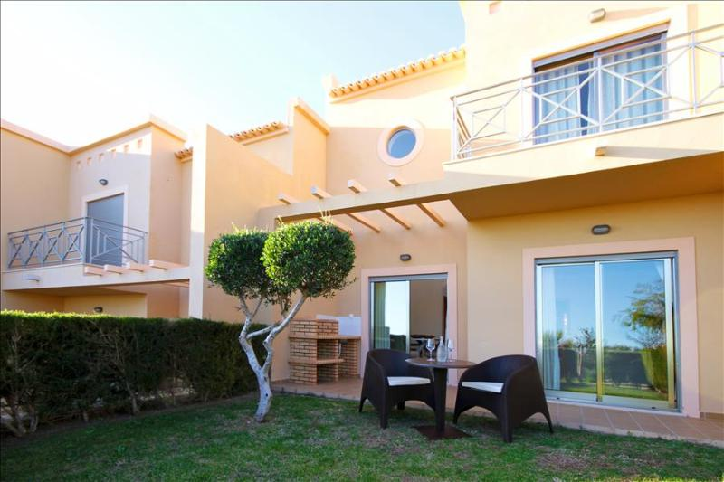 SPLENDID 2 BEDROOM TOWNHOUSE FOR 4 WITH SEA AND POOL VIEW TERRACE - ALBUFEIRA - REF. PINDB110303 - Image 1 - Albufeira - rentals