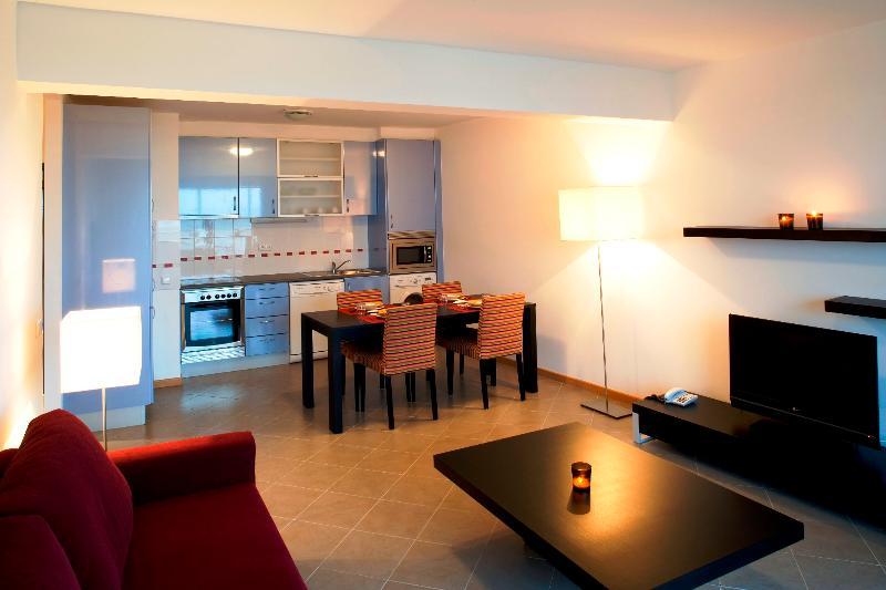 2 Bedroom Apartment for 6 just 5 minutes from Praia da Rocha in Portimão - REF. OATL110225 - Image 1 - Portimão - rentals