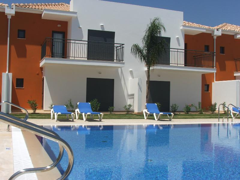 2 Bedroom Townhouse in Condo with Pool in Pera  - ALBUFEIRA - REF. JPE108971 - Image 1 - Silves - rentals