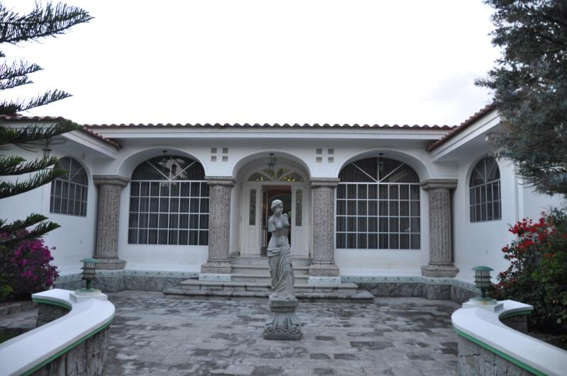Amazing 3 bedroom house with pool and Driver - Image 1 - Quito - rentals