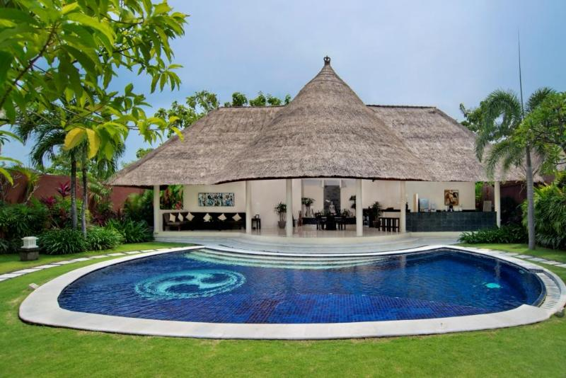 Private Pool, Sunbeds and Large Garden. - B08 Staffed 3BDR Walk to Beach! - Seminyak - rentals