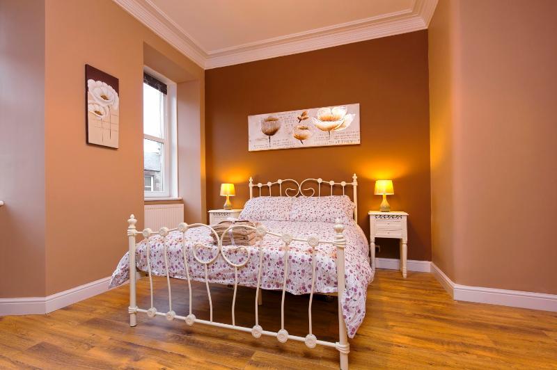 Stylish Holyrood Apartment - Image 1 - Edinburgh - rentals