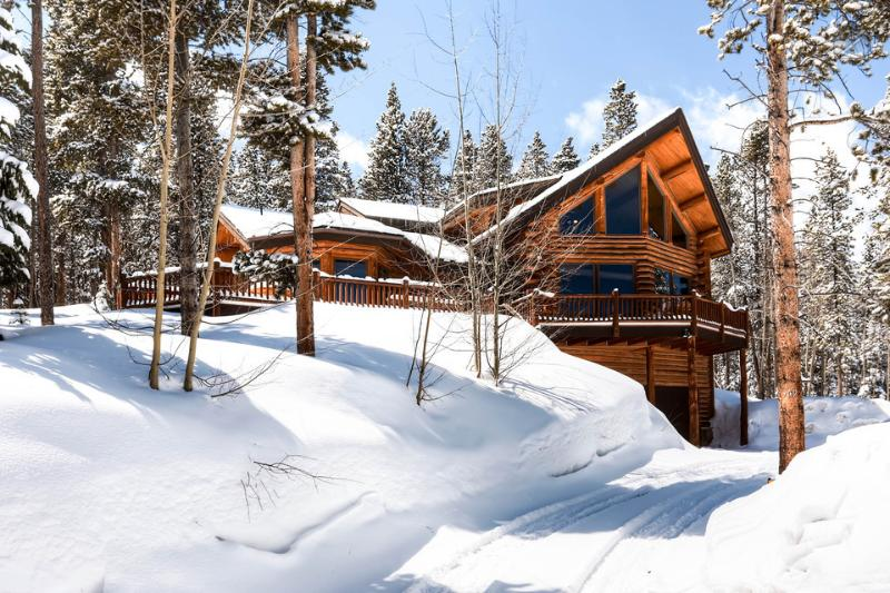 Located on Peak 7, this modern log cabin is close to everything but feels private and secluded. - Modern log home on Peak 7 with a hot tub and amazing views - Fallen Timbers Lodge - Breckenridge - rentals