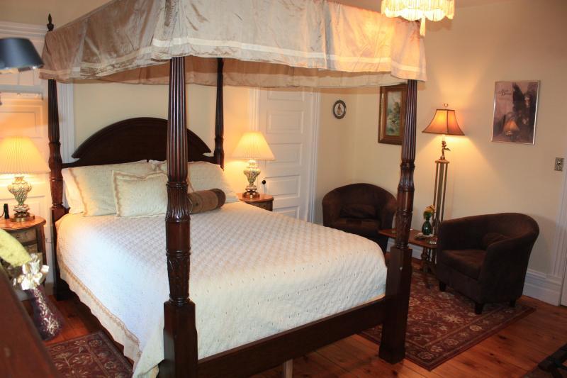 The Walker room - Walker room in century home with modern comfort - Kingsville - rentals