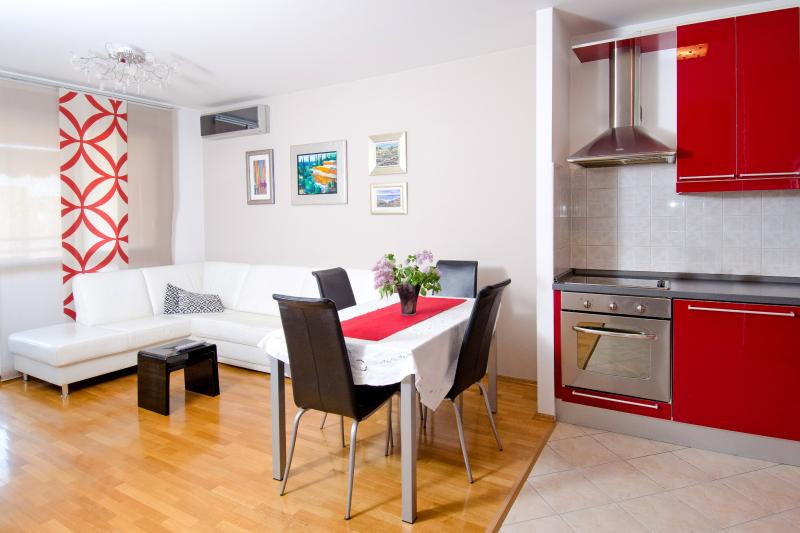 Bright and modern fully equipped apartment with a balcony (sea view), and free parking place - Apartment Vila Velebita - Split - rentals
