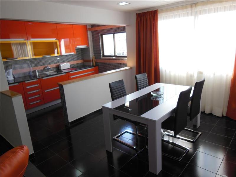 2 BEDROOM APARTMENT IN THE HEART OF ALBUFEIRA, ONLY A 5-MINUTE WALK FROM THE BEACH AND WITH FREE WI-FI REF. APORG138756 - Image 1 - Albufeira - rentals