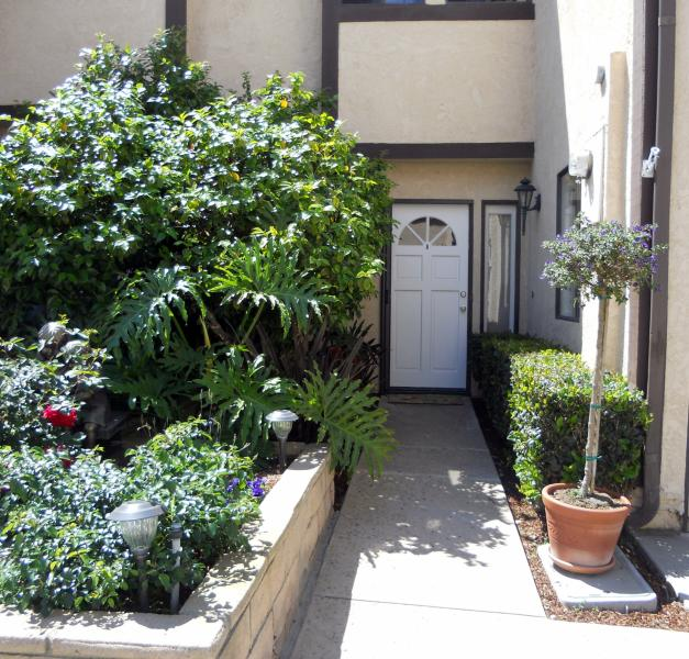 Front entrance of townhome beautiful garden - Newly Renovated Haven by the Sea Townhome near Bea - Long Beach - rentals