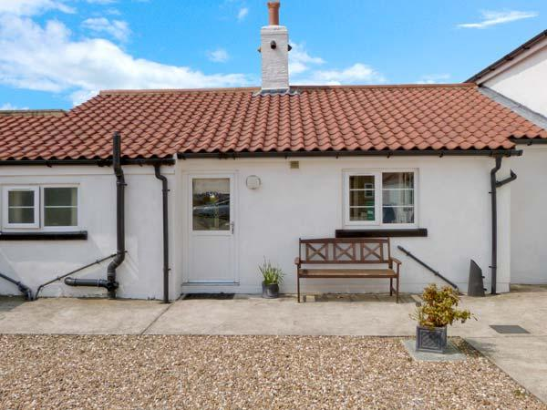 ROBSON'S COTTAGE, single-storey cottage near beach and countryside, use of hot tub, sauna, Barmston, Bridlington Ref 16580 - Image 1 - Bridlington - rentals