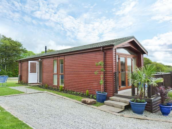 CHERRY TREE LODGE, wooden holiday lodge, all ground floor, parking, patio garden, in St Teath, Ref 913726 - Image 1 - St Teath - rentals