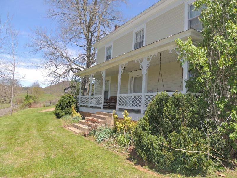 Rock on the front porch swing - The Farmhouse at Elk Creek - Independence - rentals