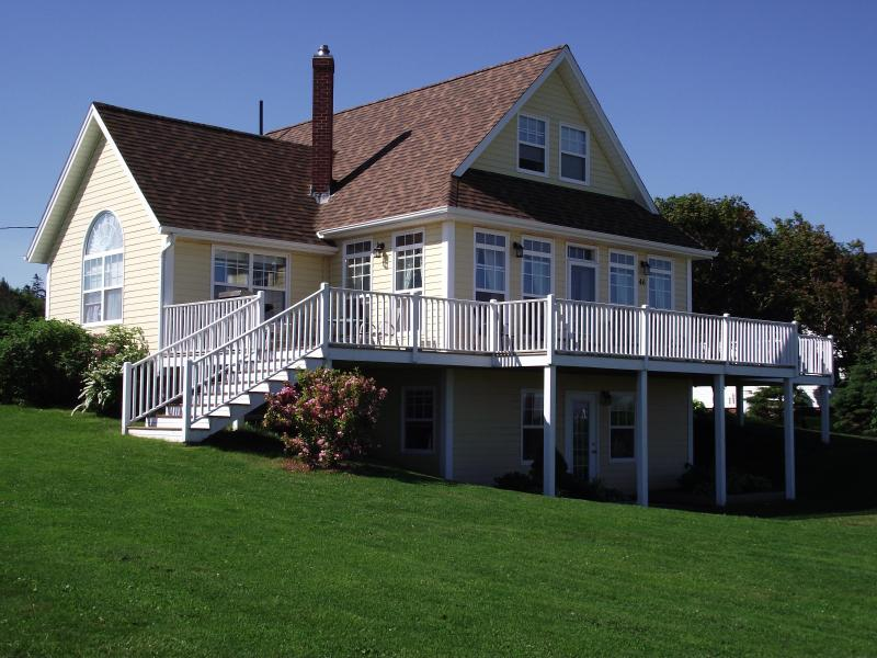 Stunning 3 level with wrap around deck - Spacious, private country house close to the beach and Cavendish - Sea View - rentals