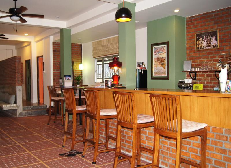 Enjoy a cold drink in our lobby bar - Charm and Style in Chiang Mai's Old City - Chiang Mai - rentals