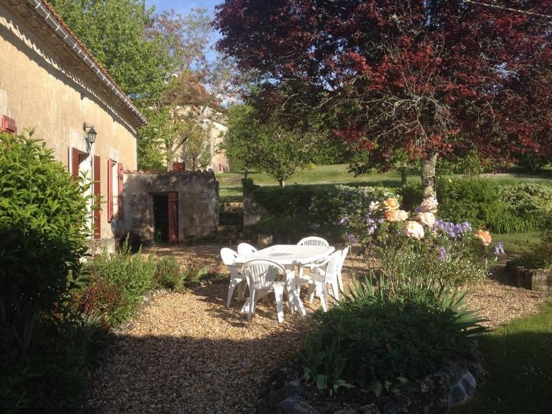 Spacious hilltop farmhouse - private heated pool - Image 1 - Saint-Martin-de-Ribérac - rentals