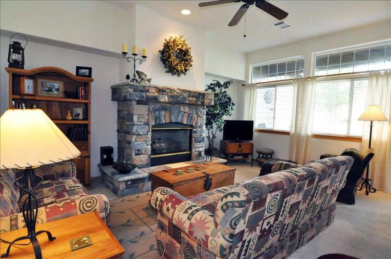 ROBIN LANE 3 bed/3.5 bath Mountain and Pond Views in Upscale Neighborhood, W/D, Hot Tub, King Bed - Image 1 - Silverthorne - rentals