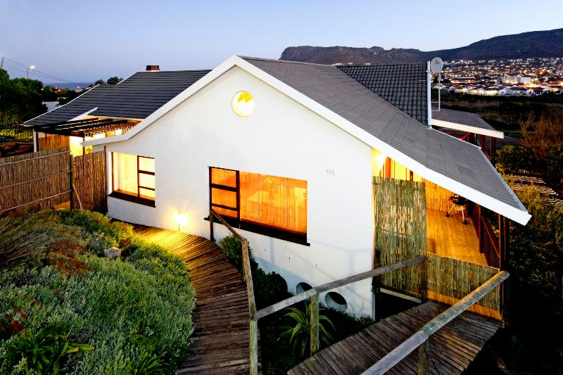 Building from parking area - 'Trappieskop' Apartment, family rental near sea - Clovelly - rentals