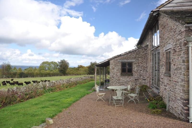 Large Floor to Ceiling windows to enjoy the views - Drovers Rest - Hay on wye. Sleeps 4 + 1dog - Hay-on-Wye - rentals