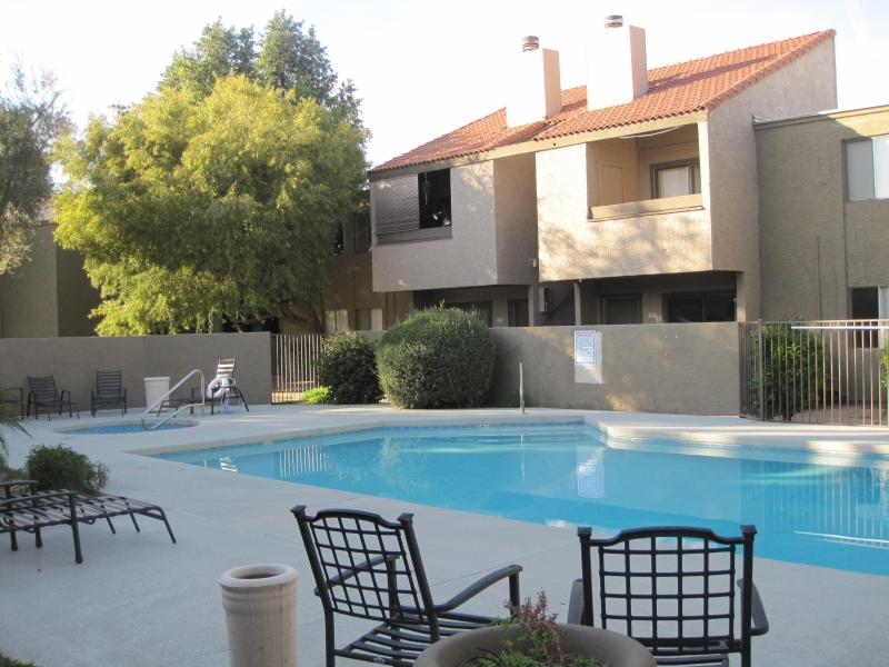 Swimming pool and hot tub area - Close to Old town with pool/hot tub, lovely 1bedro - Scottsdale - rentals