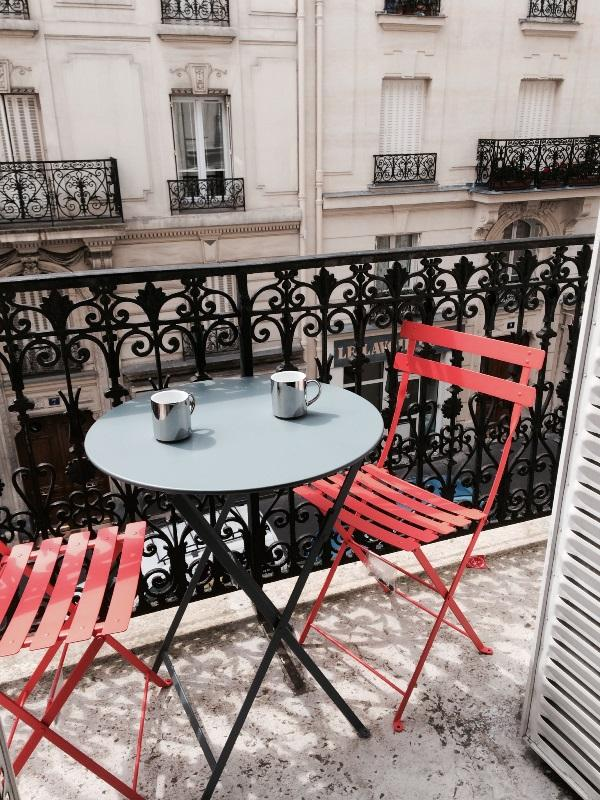 Breakfast or afternoon drinks on the balcony - Chez Benoit, Your Home away from Home in Paris - Paris - rentals