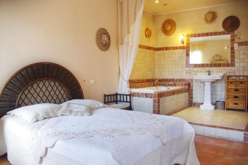 Chambre crème - 3 Star, Fursnished Apartment Located in the Centre of the Historic Town of Arles - Arles - rentals
