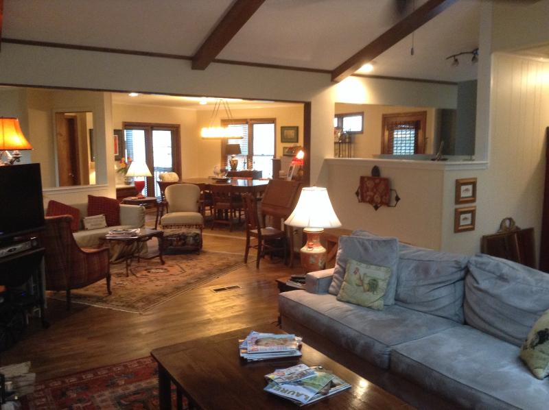 Sa-Hi Cottage has an open floor plan with comfortable seating - Walk to town!! Book now &receive discounted  rates - Highlands - rentals