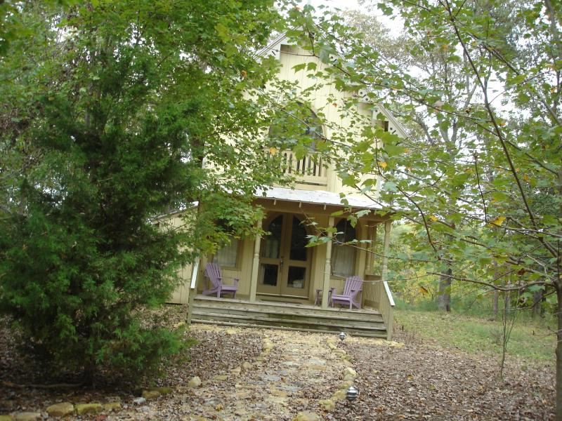 Nestled in the woods beside vineyard - Cottage #18 Beside a Vineyard in Irvington, VA - Irvington - rentals