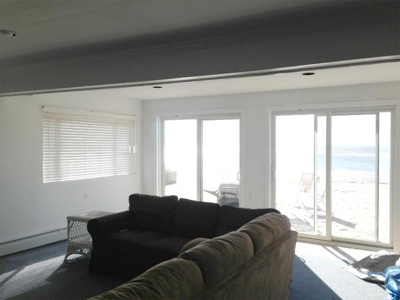 Open plan living room with views of the water - Spacious Beach House Right on the Water - Fairfield - rentals