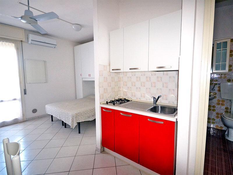 Cucina attrezzata - Monolocale con aria condizionata e balcone - Lido delle Nazioni - rentals