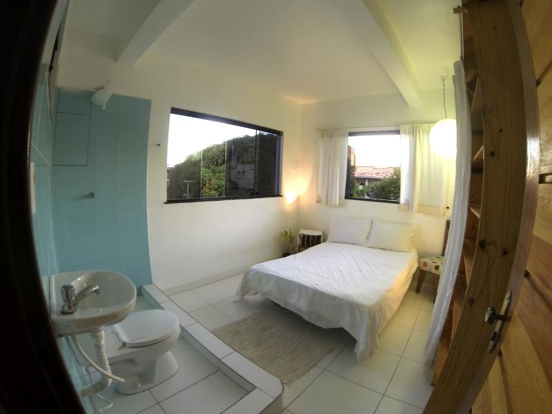 Blue room; a cute room with an ocean view - Cozy garden home, 100m from beach in scenic Itapua, Salvador - Salvador - rentals