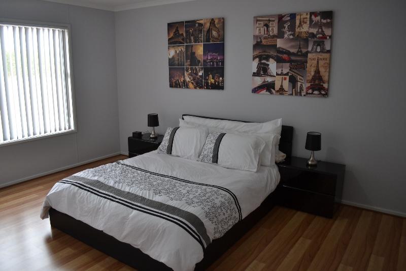 Master Bedroom - Modern 4 Bedroom Farmhouse - Waikerie - rentals