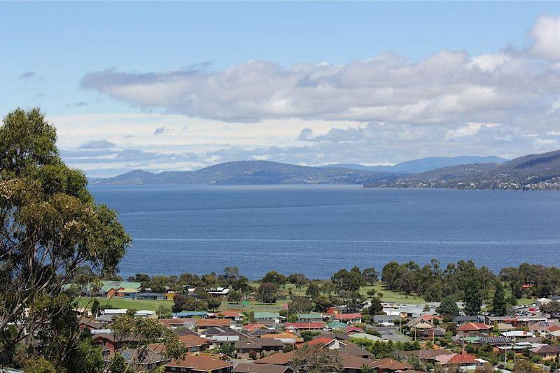 Panoramic Views by day. - Charbella's on Norma - Spectacular Views of Hobart - Hobart - rentals