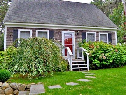 SENGEKONTACKET CAPE: CHARMING HOME ON THE BOULEVARD - EDG JDIR-101 - Image 1 - Martha's Vineyard - rentals
