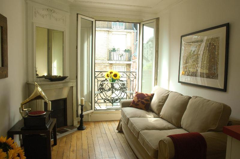 Living room opens to balcony - Sunny top floor flat with balcony - Paris - rentals