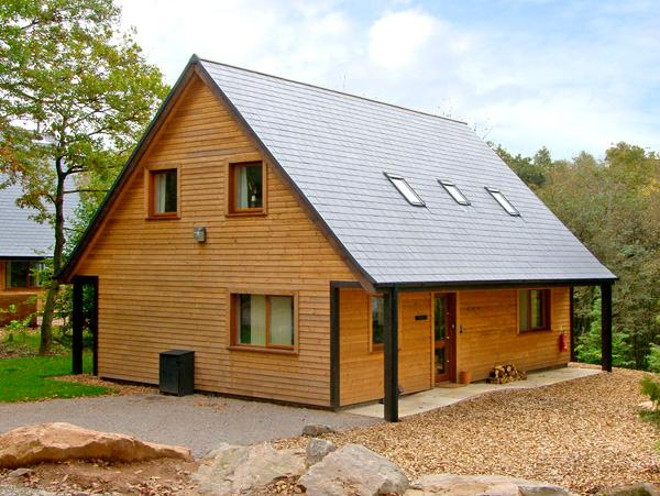 FARLEY, detached woodland lodge near Alton Towers, en-suites, woodburner Ref 2431 - Image 1 - Oakamoor - rentals