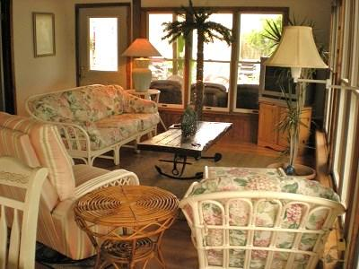 Florida room - Rodney Dunes Pier 12 3 BR Beach Apt Steps To Beach - Dewey Beach - rentals