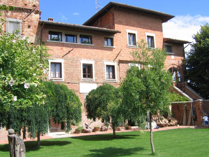 4 bedroom apartment  in a tower amidst  vineyards - Image 1 - Montepulciano - rentals