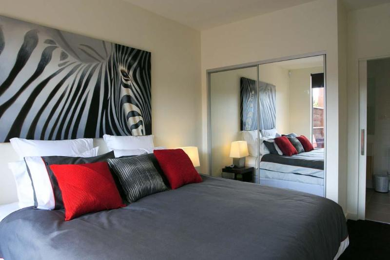 Master Bedroom - Luxurious Hampton apartment ticks all the boxes! - Hampton - rentals