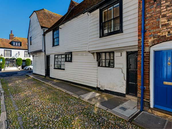 FLUSHING HOUSE, Grade II* listed character cottage, king-size beds, WiFi, great location in centre of Rye, Ref 21914 - Image 1 - Rye - rentals
