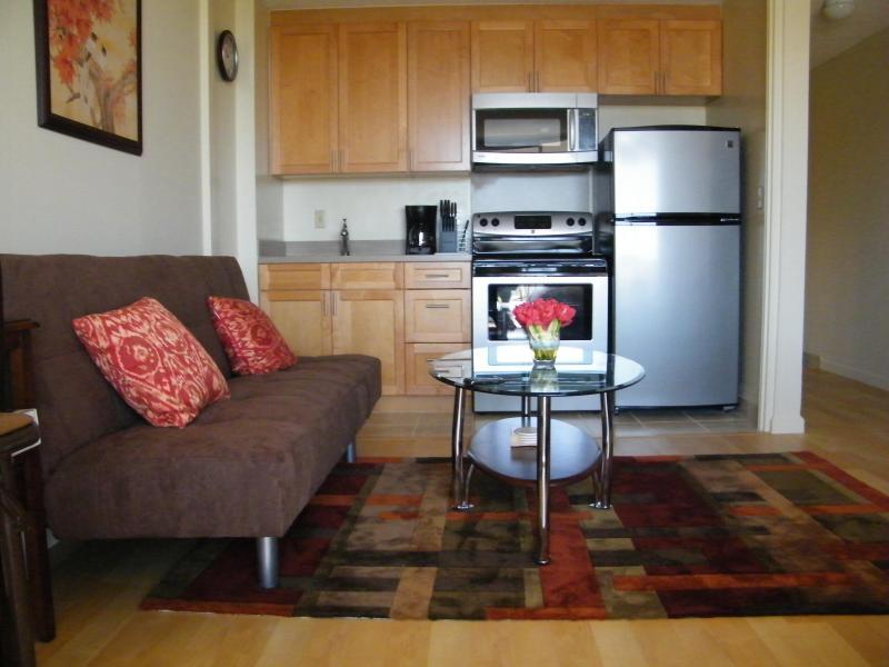 kitchen n living room - CLEAN STUDIO, GREAT VIEW FREE PARKING + INTERNET - Honolulu - rentals