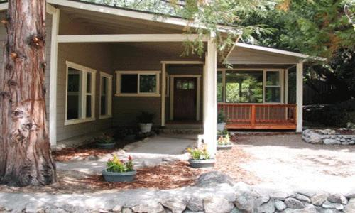 3 Bedroom, 2.5 bath, Sleeps 8, Wifi, Pets Ok: Gorgeous remodel and beautifully furnished. Wood burning fireplace. - Rim Rock - Idyllwild - rentals