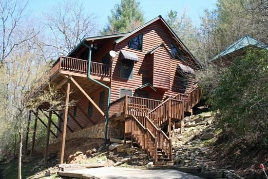 TOCCOA FISH TALES- 3BR/2BA CABIN ON THE TOCCOA RIVER TAILWATERS, WALKING DISTANCE TO TOCCOA RIVER RESORT,HOT TUB, FOOSBALL, GRILL, WIFI, JETTED TUB, NOT TO MENTION EXCELLENT FISHING! ONLY $200/NIGHT! - Image 1 - Blue Ridge - rentals