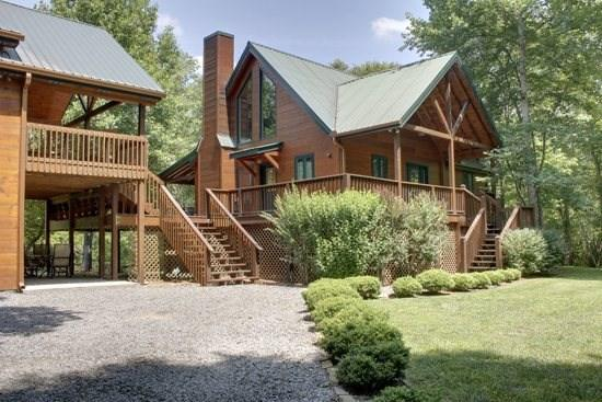TOCCOA RIVER RESORT- BEAUTIFUL 4BR/3BA CABIN ON THE TOCCOA RIVER, SLEEPS 11, LUXURY CABIN, POOL TABLE, GAS LOG FIREPLACE, GAS GRILL, WIFI, PET FRIENDLY, $275/NIGHT! - Image 1 - Blue Ridge - rentals