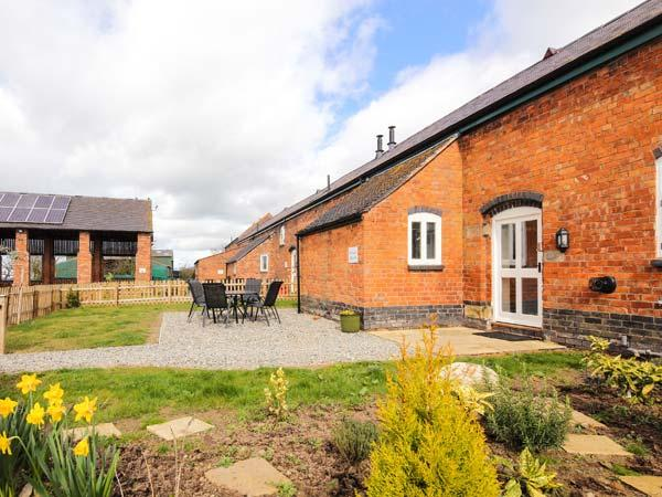 WILLIAM'S HAYLOFT, pet friendly, swimming pool, play area, farm walks in Alkington Ref 14919 - Image 1 - Whitchurch - rentals