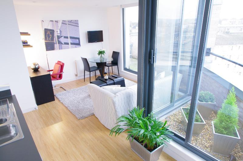 Comfortable Vacation Apartment with Balcony - Image 1 - London - rentals