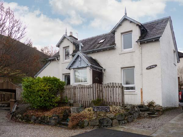 OAK COTTAGE, open fire, loch and mountain views, with parking in Fort William, Ref 18919 - Image 1 - Fort William - rentals