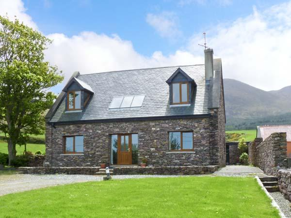FINN HOUSE, pet-friendly house, sea view, open fire, en-suites in Castlegregory Ref 16448 - Image 1 - Castlegregory - rentals