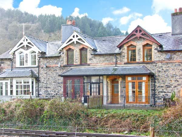 NO 3 RAILWAY COTTAGES, family friendly, country holiday cottage, with a garden in Betws-y-Coed, Ref 12543 - Image 1 - Betws-y-Coed - rentals