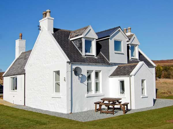HILL COTTAGE, multi-fuel stove, lawned garden, good views in Dunvegan, Ref 21750 - Image 1 - Dunvegan - rentals