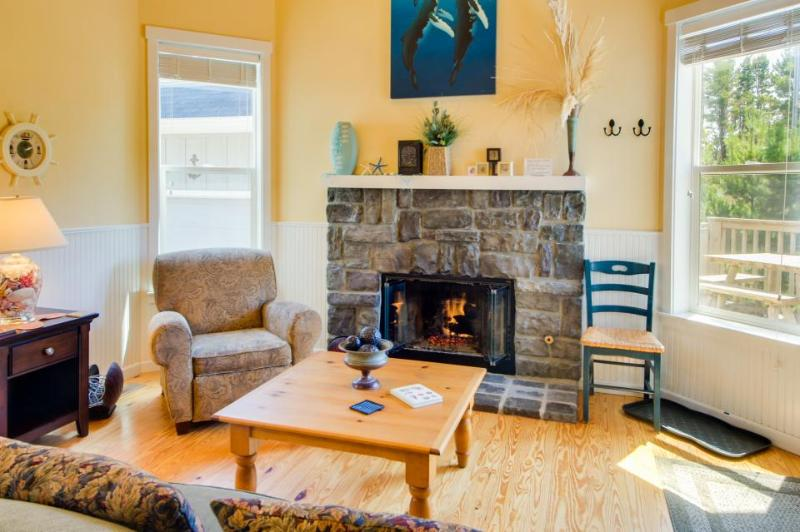 Spacious home with private hot tub! - Image 1 - Depoe Bay - rentals